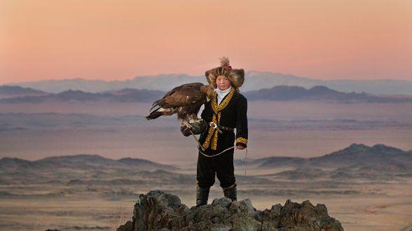 La jeune fille et son aigle d'Otto Bell, la surprenante aventure d'Aisholpan, 13 ans qui rêve de devenir la première dresseuse d'aigle - Critique