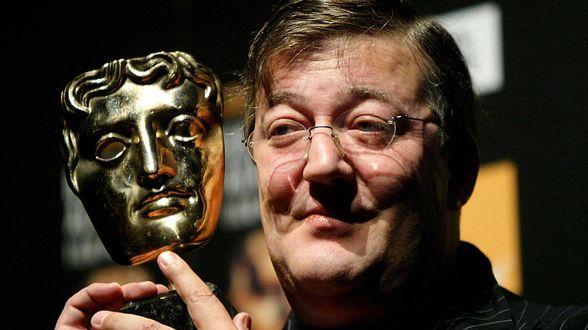 Stephen Fry mag dan toch weer BAFTA's presenteren na slechte grap - Actueel