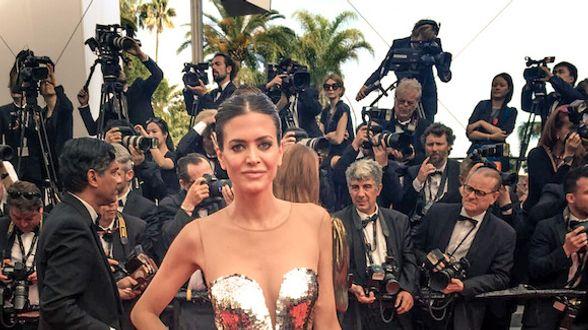 AstridBryan Coppens oefent haar rode loper moment... in Cannes - Actueel